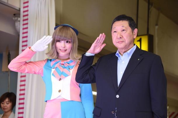 敬礼をするきゃりーぱみゅぱみゅ(左)と西武鉄道取締役会長の後藤高志氏(右)。