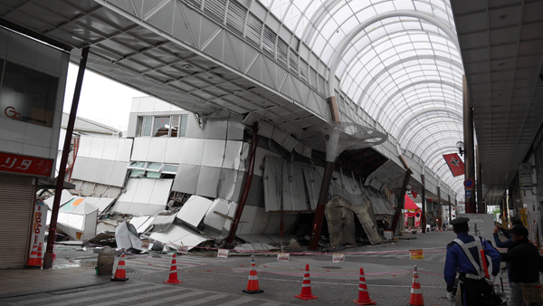 健軍商店街と倒壊したスーパーマーケット