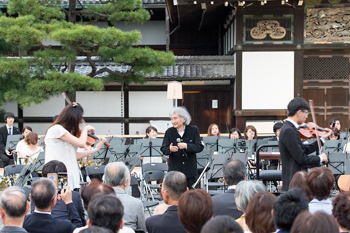 楽器を紹介、それぞれの楽器が演奏しながら登場すると、小澤も手拍子 Photo:M.Terashi/TokyoMDE
