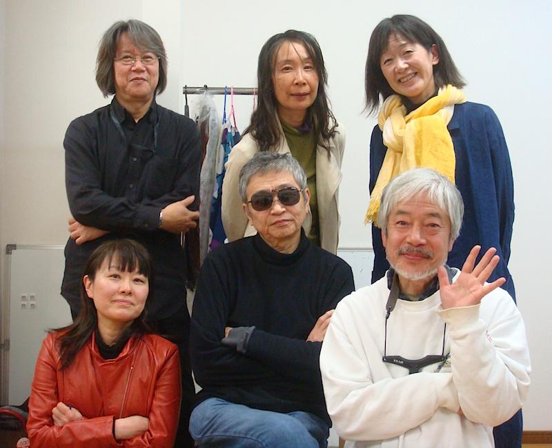 前列左から・荘加真美、作・演出の北村想、小林正和 後列左から・作曲・音響のノノヤママナコ、中島由紀子、金原祐三子