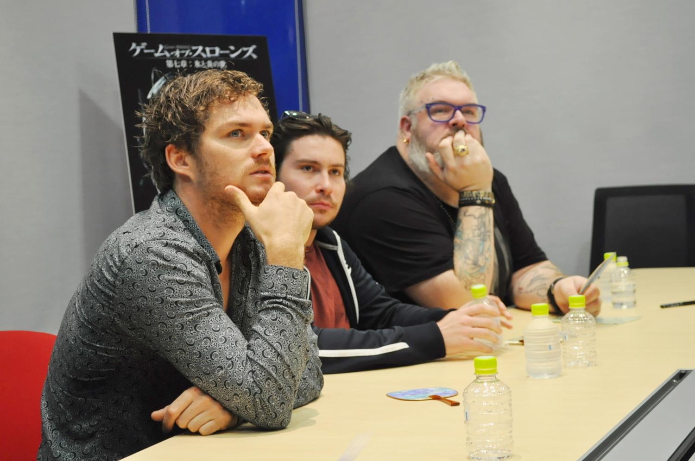 同時来日した『ゲーム・オブ・スローンズ』共演者のダニエル・ポートマン(中央)、クリスティアン・ネアーン(右)とは、とても仲良し