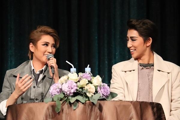 (左から)芹香斗亜、真風涼帆