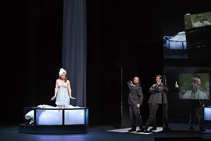 新国立劇場オペラ《アルマゲドンの夢》 (撮影:長澤直子)