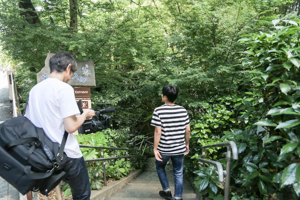駅から程近いゴルフ橋の脇から階段を下ると…