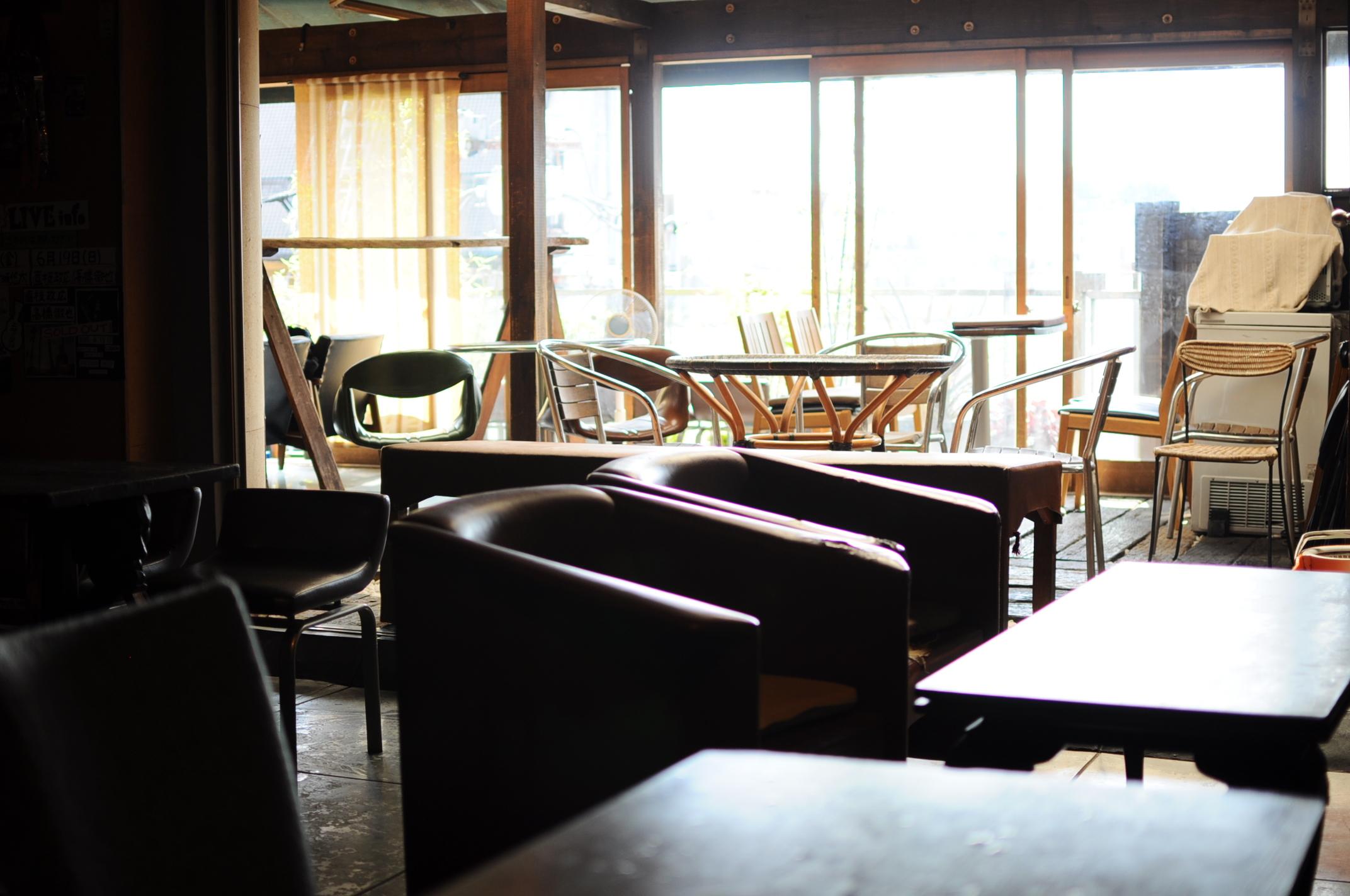 非常に居心地の良さそうなソファ席や、ビアガーデン風にもなる広々としたテラス席も