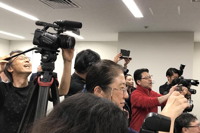 報道陣に混ざり新アニー&アニーズを撮影する演出の山田和也(毎年恒例)