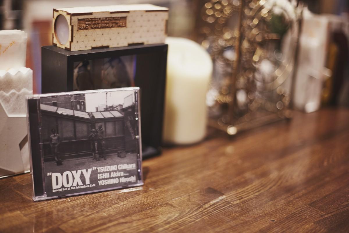アディロンダック・カフェ・レコードを立ち上げ、店内でのライブ音源をCD化。ジャケ写は続木力『DOXY』。写真はカメラのマミヤ創業者である、間宮精一氏が撮影した1930年代のNY。