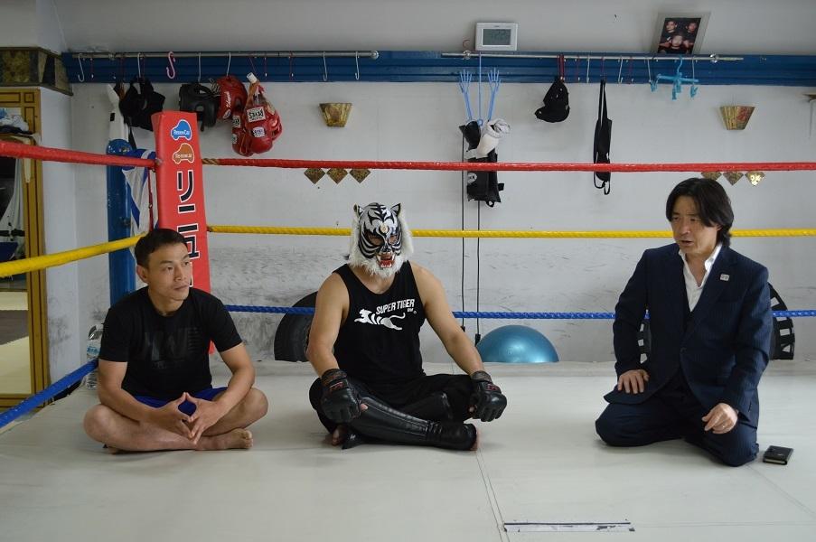 スーパー・タイガーと森井洋介、平井丈雅代表