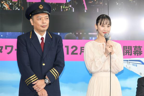 二人揃ってオープニングセレモニーに登壇した中川家礼二と松井玲奈