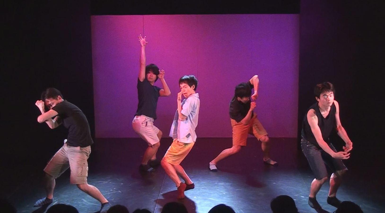 「ハイタウン2014」より。上:田中遊作・上田誠演出『象の鼻はなぜ長い?』 下:きたまり作・演出『自嘲コメディ』