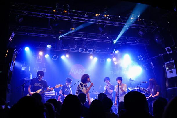 The Flickers、吉田ヨウヘイ(吉田ヨウヘイgroup)、Alec(HAPPY)によるコラボセッションの様子。(Photo by MASANORI FUJIKAWA)