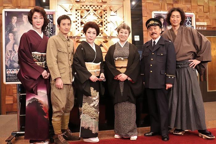 (左から)河合雪之丞、浜中文一、波乃久理子、水谷八重子、佐藤B作、喜多村緑郎