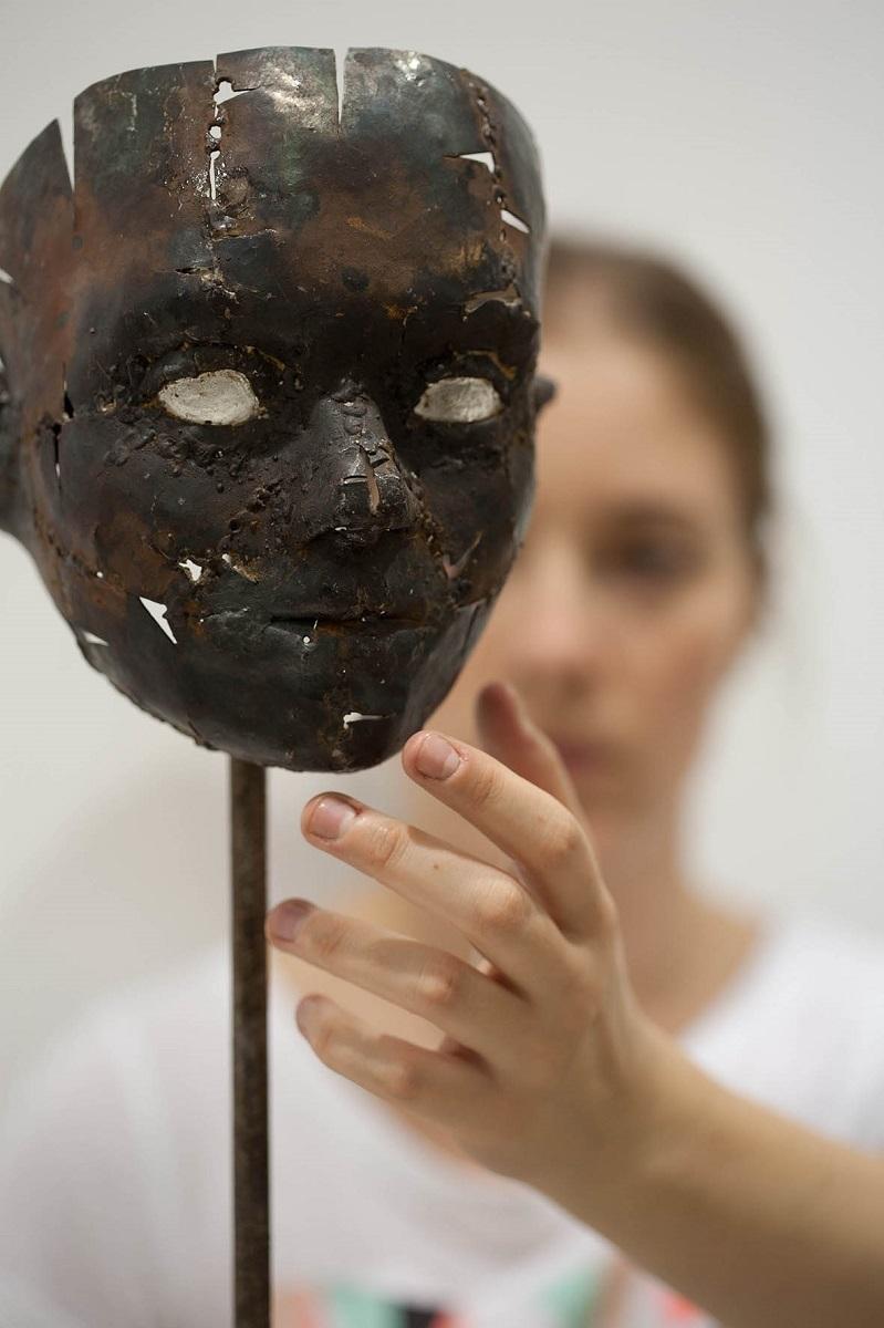 ヨヴァナ・トゥーツォヴィッチ【Aylan】 2015年 56×16×15cm 金属、樹脂