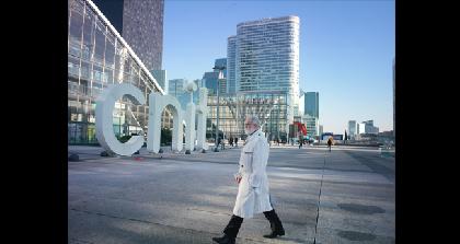 石川竜一がフランス・パリをとらえる 写真展『OUTREMER/群青』がアツコバルーにて開催