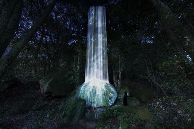 かみさまの御前なる岩に憑依する滝 / Universe of Water Particles on a Sacred Rock teamLab, 2017, Digitized Nature