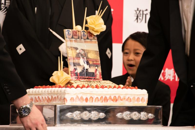 2019年1月に新橋演舞場で上演された、『牡丹花十一代』の写真。海老蔵、ぼたん(当時堀越麗禾)、そして堀越勸玄の三人がそろっている。