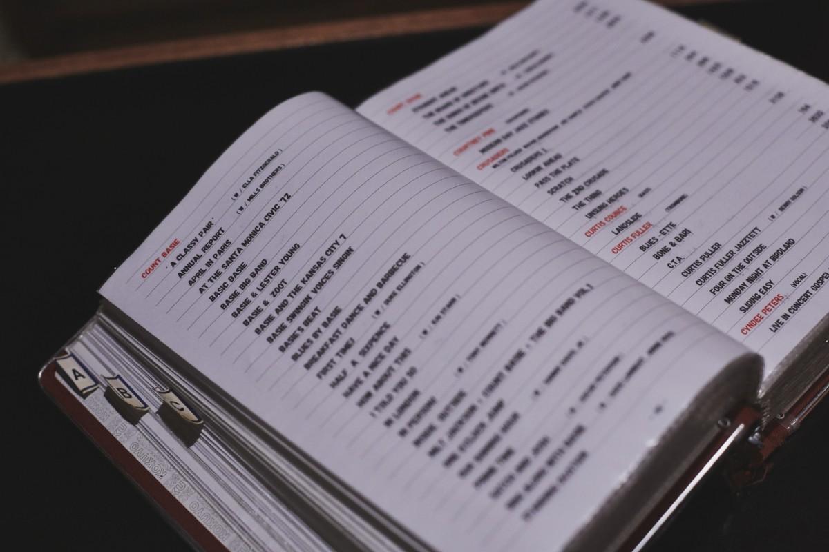この店では電話帳のように分厚いリストを見ながらリクエストができる。ここには3646枚のアルバムが記入されているが、実際にはもっとあるとか。