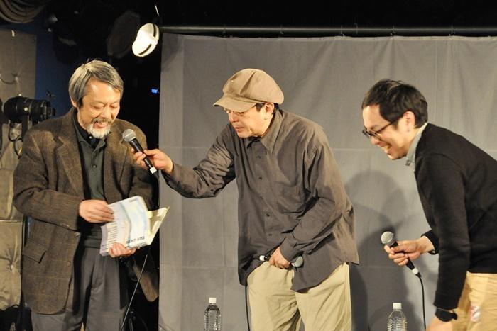 「演劇界の方々からのお話」登壇者。(左から)『維新派・松本雄吉 1946~1970~2016』を手にとって解説する小堀純、天野天街、松井周。