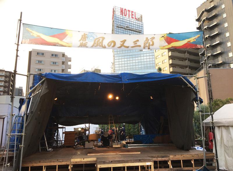「圧倒的換気力!」「安心ディスタンス客席!」を謳うニューノーマル仕様のテント劇場が設営されていく。  (写真提供:劇団唐ゼミ☆)