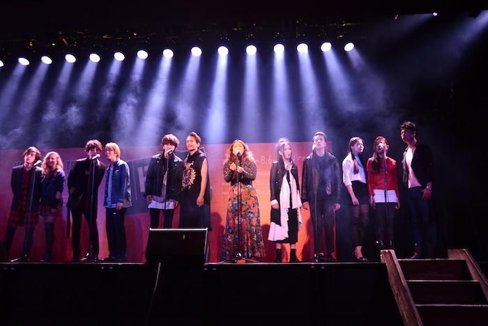 製作発表記者会見で歌唱披露する出演者たち