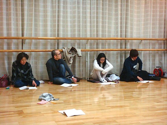 俳優WSを見学する、照明WS参加者の4人