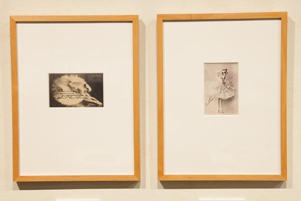 アンナ・パヴロワ『瀕死の白鳥』 左:サイン入り絵葉書 右:サイン入り写真