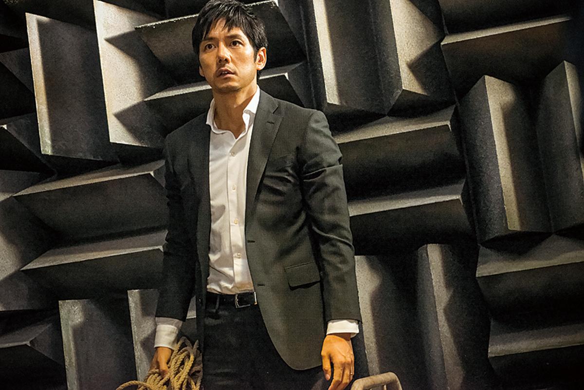 西島秀俊とヤバい形状の壁 (C)2016「クリーピー」製作委員会