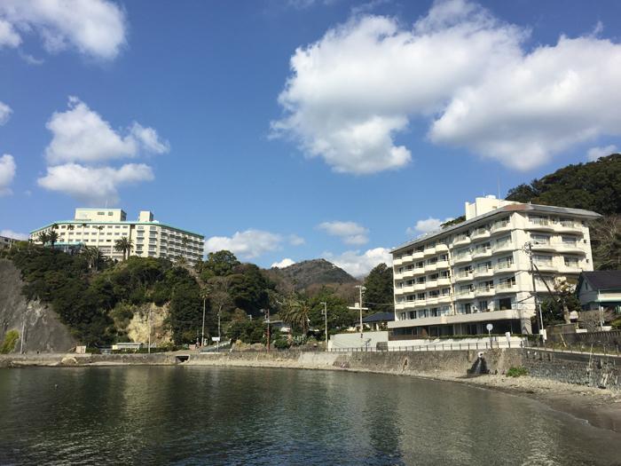 断崖上に聳え立つ下田東急ホテルと崖下の宿泊したホテル