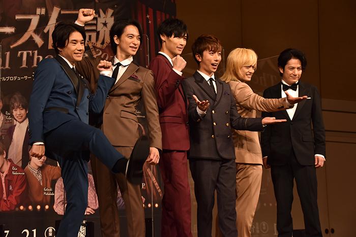 五関晃一、戸塚祥太、橋本良亮、河合郁人、塚田僚一と、佐藤アツヒロ(左から)