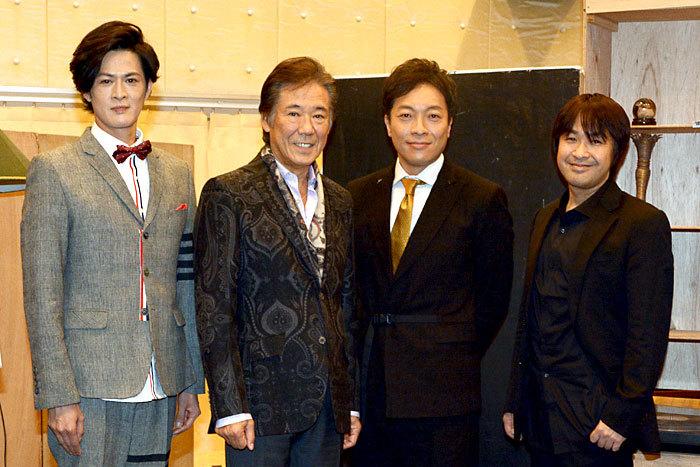 『スルース』左から新納慎也、西岡徳馬、音尾琢真、演出の深作健太