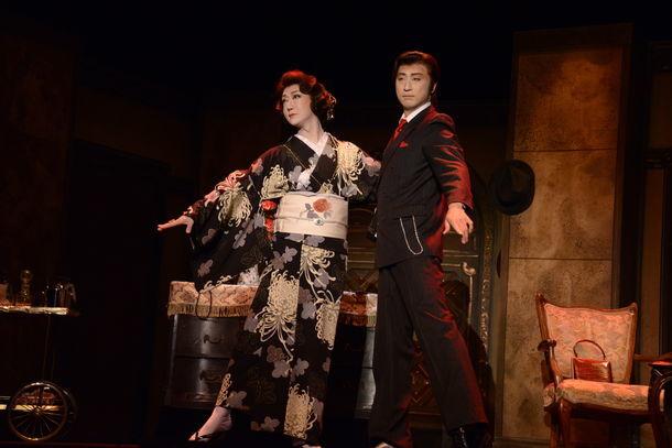 三越劇場 2017年6月公演 花形新派公演「黒蜥蜴」ゲネプロより。左からタンゴを踊る河合雪之丞と喜多村緑郎。