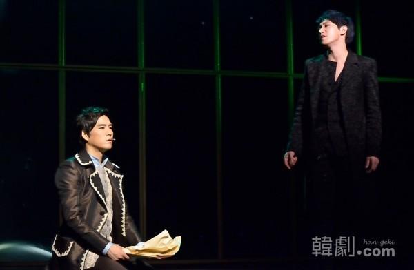 2014年『サリエリ』公演の模様 サリエリ役 チョン・サンユン(左)とジェラス役 チョ・ヒョンギュン ©韓劇.com All rights reserved