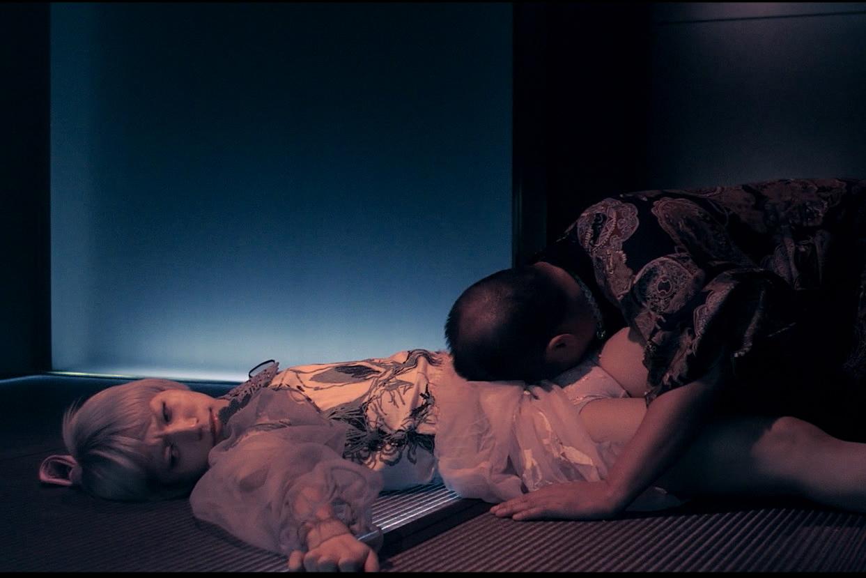 武瑠に特攻する鳥肌実 映画『少女椿』  ©2016『少女椿』フィルム・パートナーズ