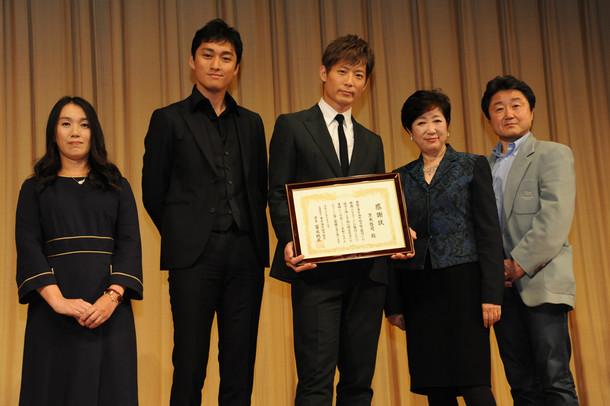 左から湊かなえ、渡辺大、黒木啓司(EXILE)、小池百合子衆議院議員、すずきじゅんいち監督。