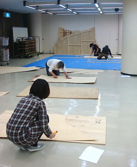 4回目の舞台美術WSより。田岡同様、天野作品の美術制作に欠かせない小森祐美加も講師補佐として参加し、4人で実際の舞台セットを制作