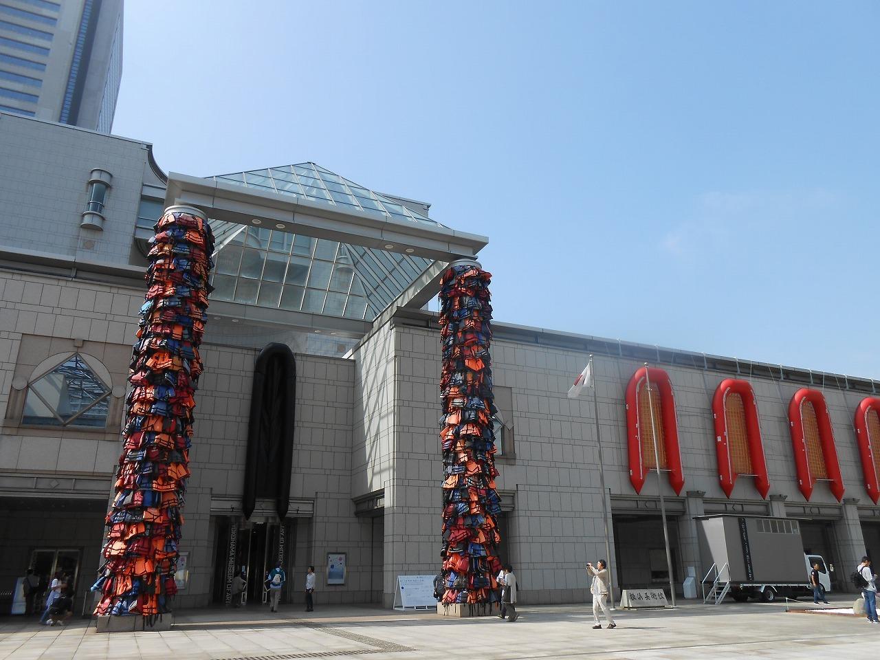 横浜美術館入口 アイ・ウェイウェイ(艾未未)《安全な通行》2016、《Reframe》2016 ⓒAi Weiwei Studio