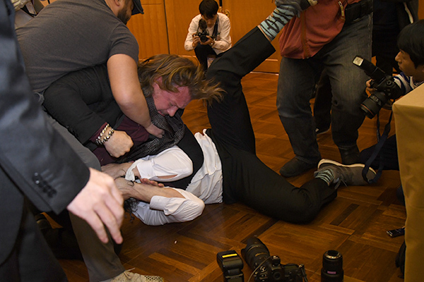 クリス・ジェリコの記者会見中にケニー・オメガが乱入