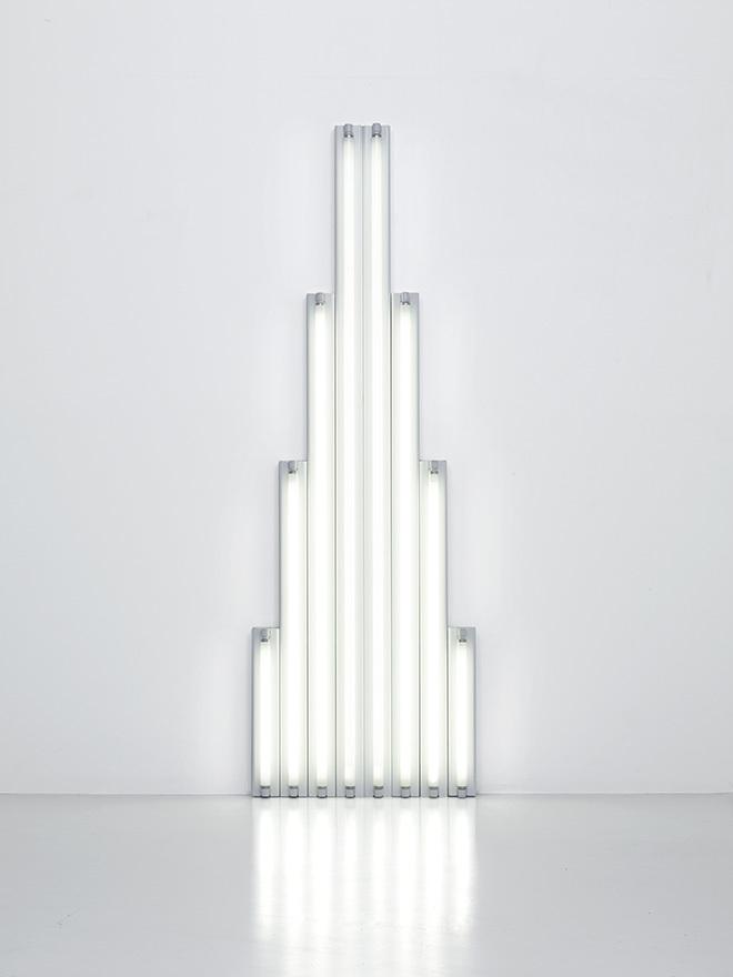 "『""Monument"" for V. Tatlin (V・タトリンのための""モニュメント"")』(1964-1965年)  8本の白色直管蛍光灯 244 x 80 x 12 cm Courtesy Fondation Louis Vuitton  Photo credit: © Adagp, Paris 2017"