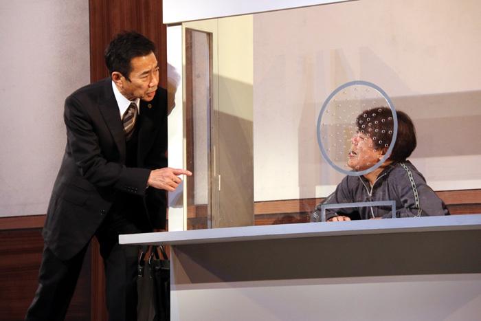 三宅裕司は弁護士役。小倉の弁護を担当します。