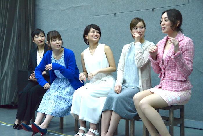 舞台『野良女』公開稽古後に取材に応じる出演者ら