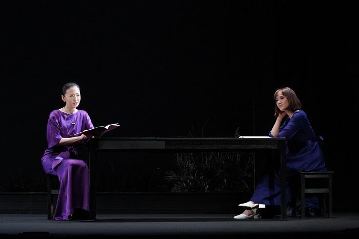 (左から)松雪泰子、ソニン 舞台写真:宮川舞子