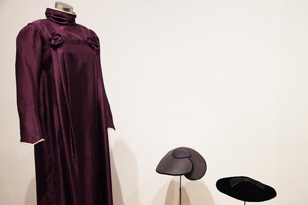 カーリンがデザインしたドレスと帽子 当時はこのようなゆったりとしたドレスは斬新なものだった