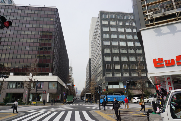 「ドコモラウンジ」は、JR有楽町駅 中央西口前の交差点を渡ってすぐ