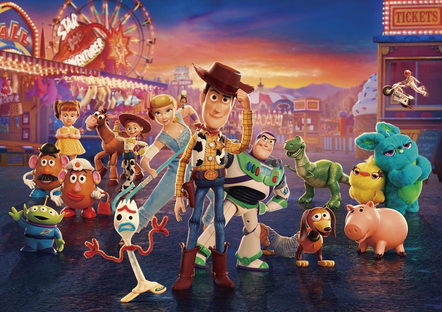 後列左から:ミスター・ポテトヘッド/ギャビー・ギャビー/ミセス・ポテトヘッド/ブルズアイ/ジェシー/レックス/ダッキー&バニー/デューク・カブーン(上飛んでいる)   前列左から:エイリアン/フォーキー/ボー・ピープ/ギグル(ボーの肩の上)/ウッディ/バズ・ライトイヤー/スリンキー/ハム (C)2019 Disney/Pixar. All Rights Reserved.