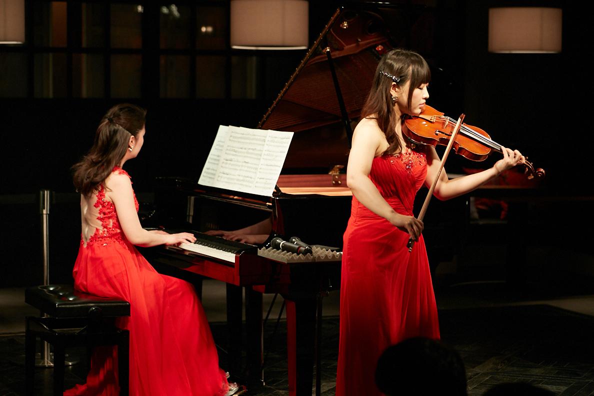 村松亜紀(ピアノ)、里永莉果子(ヴァイオリン)