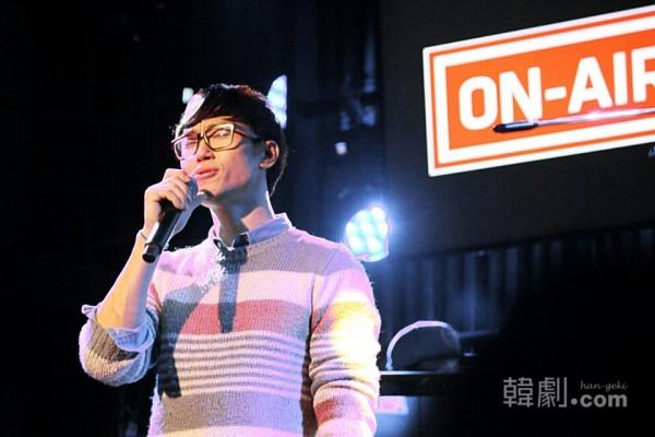 「カムサハンダコンサート」で歌を披露するイ・ミョンヘン ©HAN ENTERTAINMENT