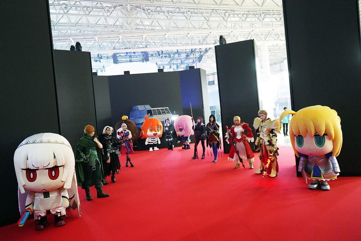 開場時にファンを出迎える「ウェルカムロード」。着ぐるみ達は会場内をお散歩してファンと触れ合ったり、CarnivalSTAGEでショーを繰り広げるなどしてイベントを盛り上げた 撮影:斉藤直樹