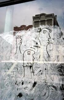 ソール・ライター 《落書きの顔》1950年、発色現像方式印画 (C)Saul Leiter Foundation