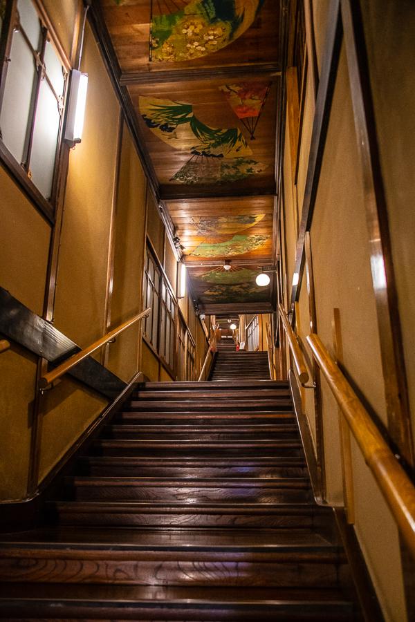 階段の右手に、7つの部屋。天井にも扇の絵が描かれている。