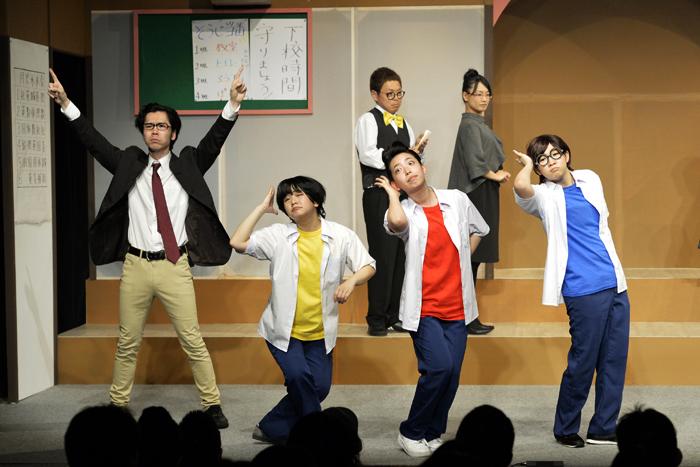 (前列左から)山形先生、金三、ケン太、タマ夫、(後列左から)校長、教頭